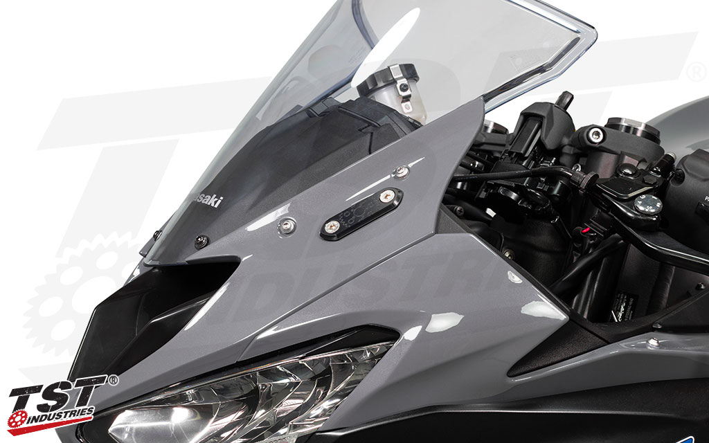 Secure your 2019+ ZX6R upper fairings with a sleek and low-profile black anodized mounting plate.