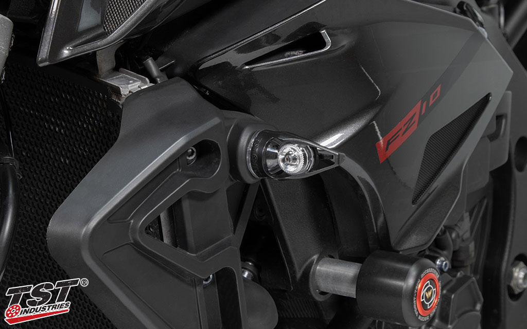 The base of the TST MECH-GTR LED Turn Signal sits flush to the paneling of the FZ-10 / MT-10.